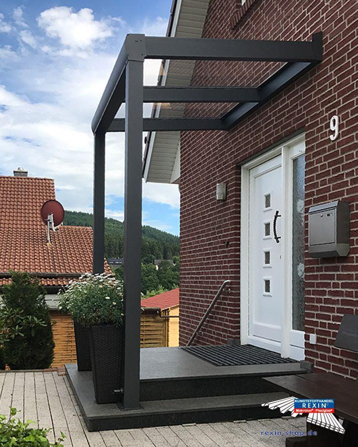 Ein Alu-Haustürvordach der Marke REXOvita 2m x 1,5m in anthrazit mit Plexiglas XT 8mm Massivplatten als Dacheindeckung.  Bei diesem Vordach wurde eine Pfostenverlängerung auf 2,55 Meter vorgenommen. Befestigt wurde das Dach mit Bodenplatten zum Aufdübeln.  So entsteht ein wettergeschützter Hauseingang, der auch optisch sehr ansprechend ist.   Ort: Eschenburg  #Vordach #Aluvordach #REXOvita #Massivplatten #Rexin #Plexiglas