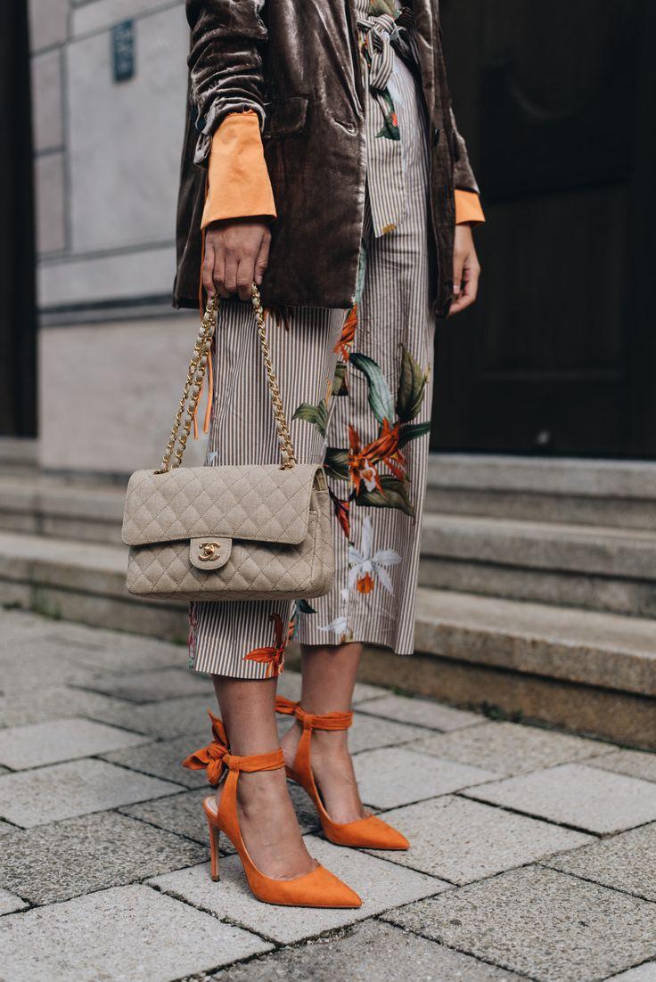 Nina Schwichtenberg setzt verschiedene Modetrends für Herbst & Winter 2017 in Szene. Sie trägt einen braunen Samt Blazer, eine Satin Bluse, eine Chanel Timeless Canvas in Beige und orangene High Heels. Mehr auf www.fashiioncarpet.com