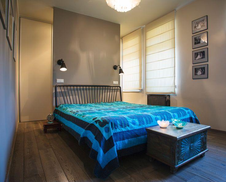 Do ložnice rodičů ve druhé části bytu se šikovným způsobem vešla i šatna. Je umístěná za světle šedou sádrokartonovou příčkou a tvoří ji bílé vestavné skříně z Ikea - ProŽeny.cz
