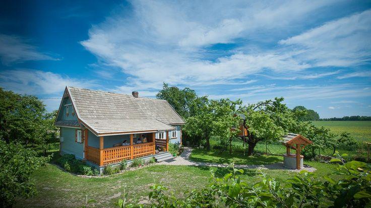 Korolowa Chata to niczym statek na morzu pól, autentyczny dom ze starym piecem, ładnym ogrodem i sadem bezcennych, starych, rozłożystych drzew, na jakie się czeka całe pokolenia. Bardzo spokojna okoli...