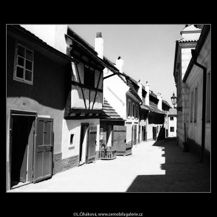 Zlatá ulička (3069-7) • Praha, červenec 1964 • | černobílá fotografie, dlažba, okna, slunce, světlo a stín |•|black and white photograph, Prague|