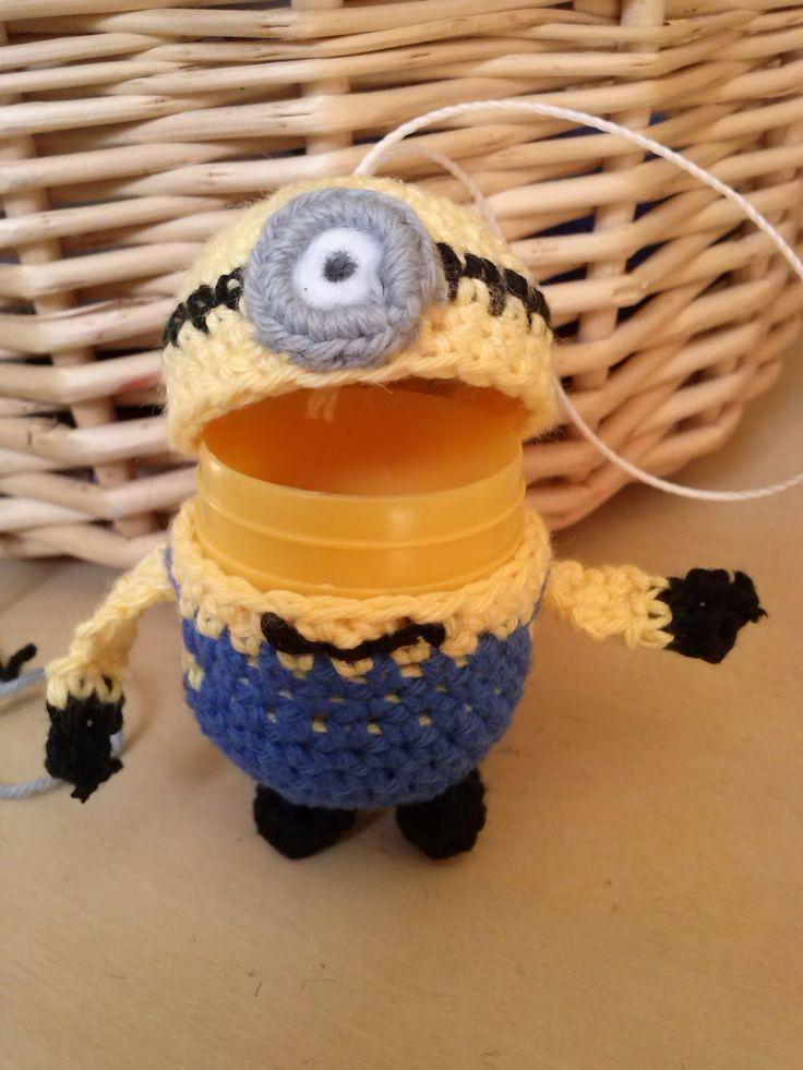 Min udgave af en Minion. Han er lavet i Bomulds garn.      For at lave ham her, skal du bruge:     Et gul Kinder plast æg   Gul garn   Bl...