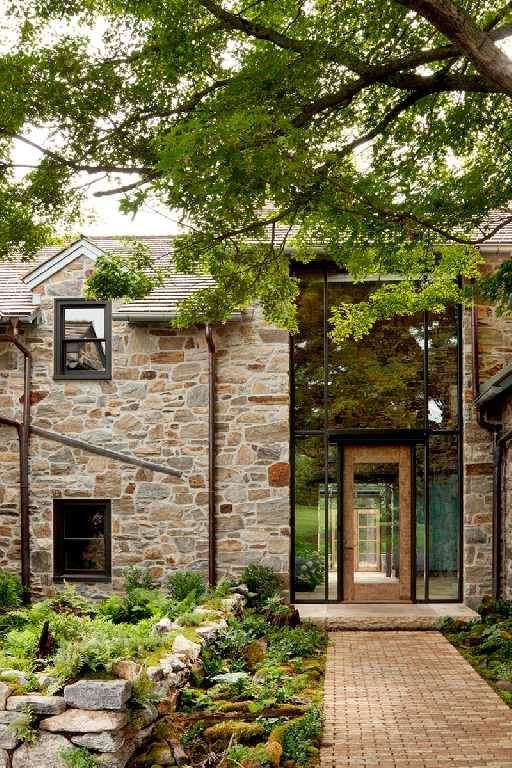 Amo pedra na fachada, lembra castelo e passa a impressão de segurança.