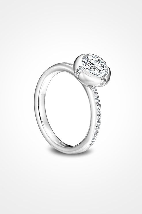 This full bezel platinum ring from Sholdt is an ideal choice for the modern bride.