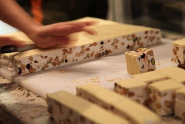 Ingrediente :  200 g miere de albine 5 albusuri zeama de lamaie 300 g zahar 1 plic  zahar vanilat  200 g nuci, migdale, fistic, alune etc. 2 blaturi de  napolitana     Mod de preparare :  Se bat albusurile pana devin spuma. Se pune mierea pe foc,...