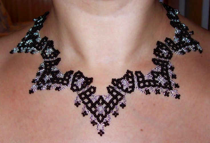 Free pattern for netted necklace in black and white.