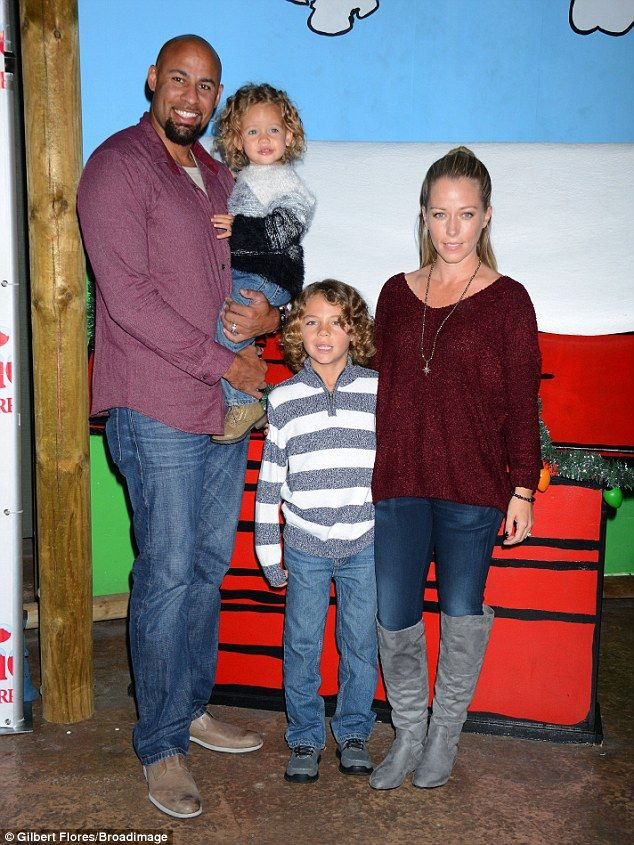 Say cheese! Kendra and Hank were separated by the couple's son and showed no signs of affe...
