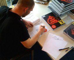 Maarten Dekker signeert het Collector's item van Kunstbeeld#2-2011, 18 feb. 2011