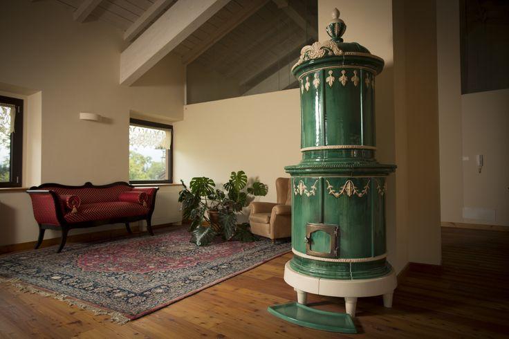 Stufa Sissi nel classico colore verde con applicazioni in contrasto bianco. Stufa in maiolica a legna (o elettrica) fatta a mano.  #stufecollizzolli #stufe #handmade #madeinitaly  #ceramica #stube #kachelofen #tirolesi #antiche #elettriche #calore #fuoco #camino #stove #kamin #fireplace #argilla #olle #ole #stoves #design #fuoco #chalet #baita #loft #arredo #arredamento #woodstove #calore #trentino #kamin #stufe #ceramic #legna #tirolese #decorata #fattoamano #maiolica #personalizzata #wood…