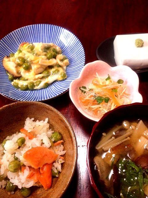 おはようございます    やっとえんどう豆を使い切ったσ(^_^;)  高野山のお土産で戴いたゴマ豆腐ねっとりモチモチで とっても美味でした♫ - 18件のもぐもぐ - 焼き鮭とえんどうの混ぜご飯・ゴマ豆腐・焼いた揚げと ささ身 えんどうの卵とじ・じゃがいもと海藻麺の酢の物・キノコのお味噌汁 by see9100