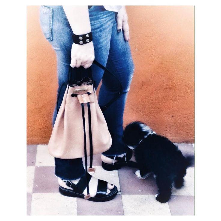 #HoySaliAsi Adivinen quién es fan del  jeans desflecado?   Zoom detalles cartera bucket suela y brazalete ambos de @kamialcueros pasen por el blog para conocer  de esta marca q me   el qué me muerde el jeans  desflecado es nuestro perro peque Jackson recién cumplió 2 meses y 10 días muerde todooo y a todos  Cómo les fue hoy El clima ideal . .  #jeanscon #carteras #carterasybolsos #bolsas #cuero #modaargentina #ootd #witw #sandalias #perrosgram #jeanslovers #brazaletedecuero…