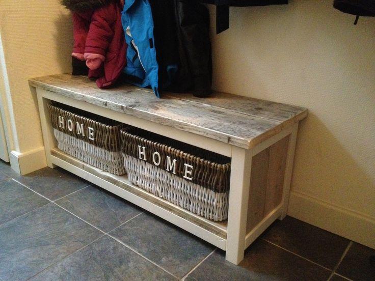 Halbankje gemaakt van gebruikt steigerhout en frame van balkhout. Het frame is mat wit geschilderd. Voorzien van grote manden om veel spul in op te bergen.