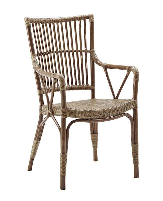 SIKA - Piano Spisestuestol - Originals fra Sika Design -  Charmerende spisestuestol i antikbrun. Spisebordsstolen har et flettet sæde og tremmer i ryggen samt behagelige armlæn for ekstra komfort. Perfekt til spisestuen, udestuen eller i sommerhuset.