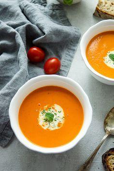 Für die Tomaten-Orangen-Suppe brauch Ihr ganz einfache und vor allem wenige Zutaten: ein bißchen Zwiebel, Bio-Tomaten in kleinen Stücken, frischer Thymian, frisch gepressten Orangensaft und etwas Sahne zum Anreichern. Damit könnt Ihr in weniger als 30 Minuten eine leckere und aromatische Suppe zaubern. Einfache Gesunde Rezepte - Elle Republic