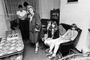 En 1977, en Inglaterra, dos niñas que jugaban a la Ouija en su casa desencadenaron una serie de extraños fenómenos producidos por un espíritu. El Conjuro 2