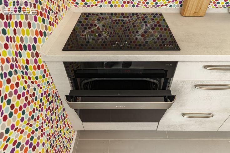 Deși în prim plan se află cuptorul și plita, nu pot trece neobservate mânerele deosebite, care completează în mod fericit estetica neconvențională a bucătăriei.  Aveți la dispozitie peste 65 de tipuri de mânere din care puteți alege varianta perfectă pentru bucătăria dumneavoastră: https://kuxa.ro/manere-bucatarii