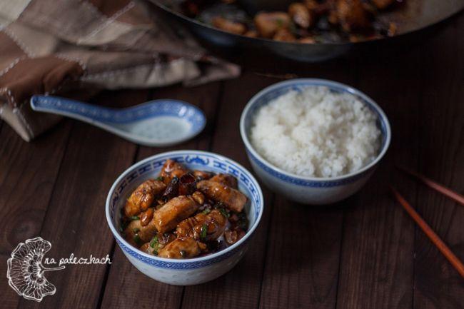 Jakoś tak zwykle wypada, że kiedy próbujemy kolejnego dania z Chin to później okazuje się, że pochodzi ono z Syczuanu :) Tak też jest i w tym wypadku, bo dziś chcemy przedstawić Wam jedno z bardziej popularnych dań kuchni chińskiej z tamtego rejonu – kurczaka Gong Bao. Przepis na to danie kuchni chińskiej na www.napaleczkach.pl | kuchnia chińska