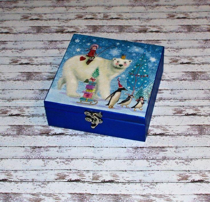 Průvod+s+ledním+medvědem+Dřevěná+krabička+o+rozměrech+cca16+x16+cm+a+výšce6+cm.+Krabička+je+natřena+akrylovými+barvami,+ozdobená+technikou+decoupage+a+zapínáním.+Následně+přetřena+lakem+s+atestem+na+hračky.+Uvnitřnechána+přírodní.