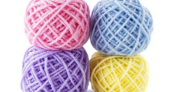 Como esticar a lã encolhida. Todo mundo já passou pela experiência de lavar acidentalmente um suéter de lã. Quando a lã molha e é aquecida, suas fibras se unem e não se soltam, resultando em encolhimento (pode-se molhar ou aquecer a lã, mas nunca os dois ao mesmo tempo). Leia sobre como tentar reparar a situação.
