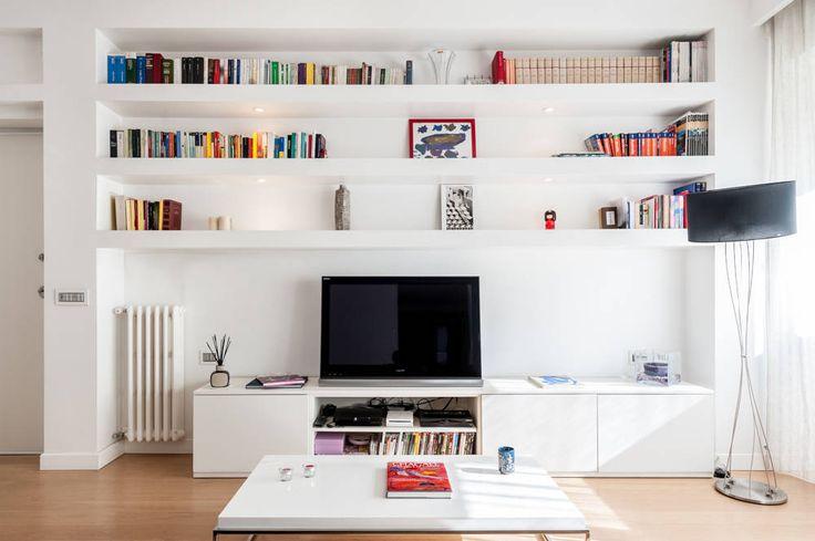 La parete attrezzata : Soggiorno moderno di zero6studio - Studio Associato di Architettura