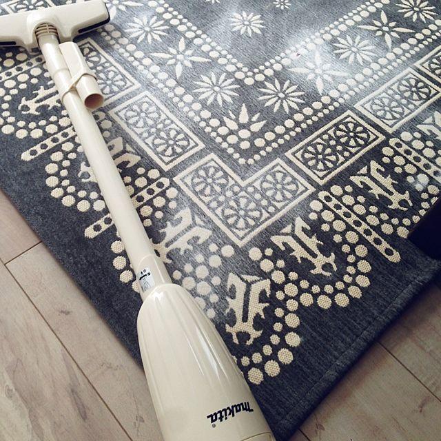 なかなか洗えないラグやカーペットなどのにおい取りにも、重曹は力を発揮します。全体に撒いて軽くすり込み、1時間以上置いてから掃除機で吸うだけ。