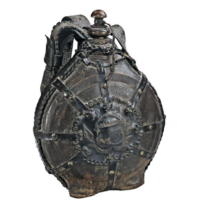 Aukció: 2017. március 8.: Csutora; Alföld, 1909, esztergált fa testen bőr borítással és rátéttel, sérült