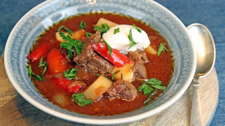 Fyldig kjøttsuppe med løk, hvitløk, paprika, chili, tomater og poteter. Ungarns nasjonalrett, gulasj, med oppskrift fra Lise Finckenhagen.