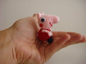 MINI PEPPA PIG AMIGURUMI:               Hola!, hoy he hecho ésta pequeña Peppa Pig para que mi hija la pueda llevar al cole enganchada a su...