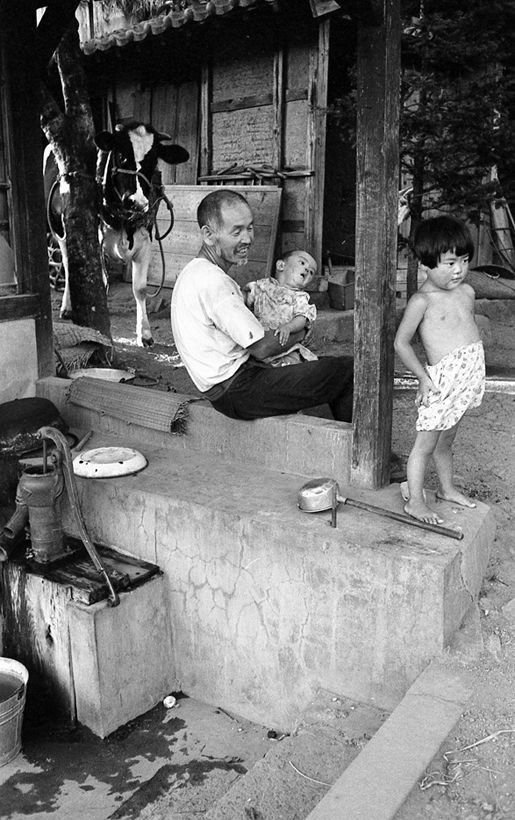 大八賀村の親子. Man and children outside. Japan. 1955.