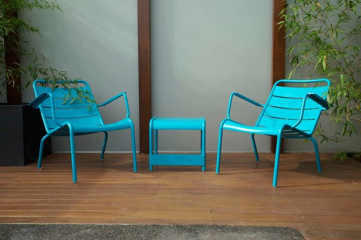 Acrylic outdoor screening with Fermob outdoor furniture.