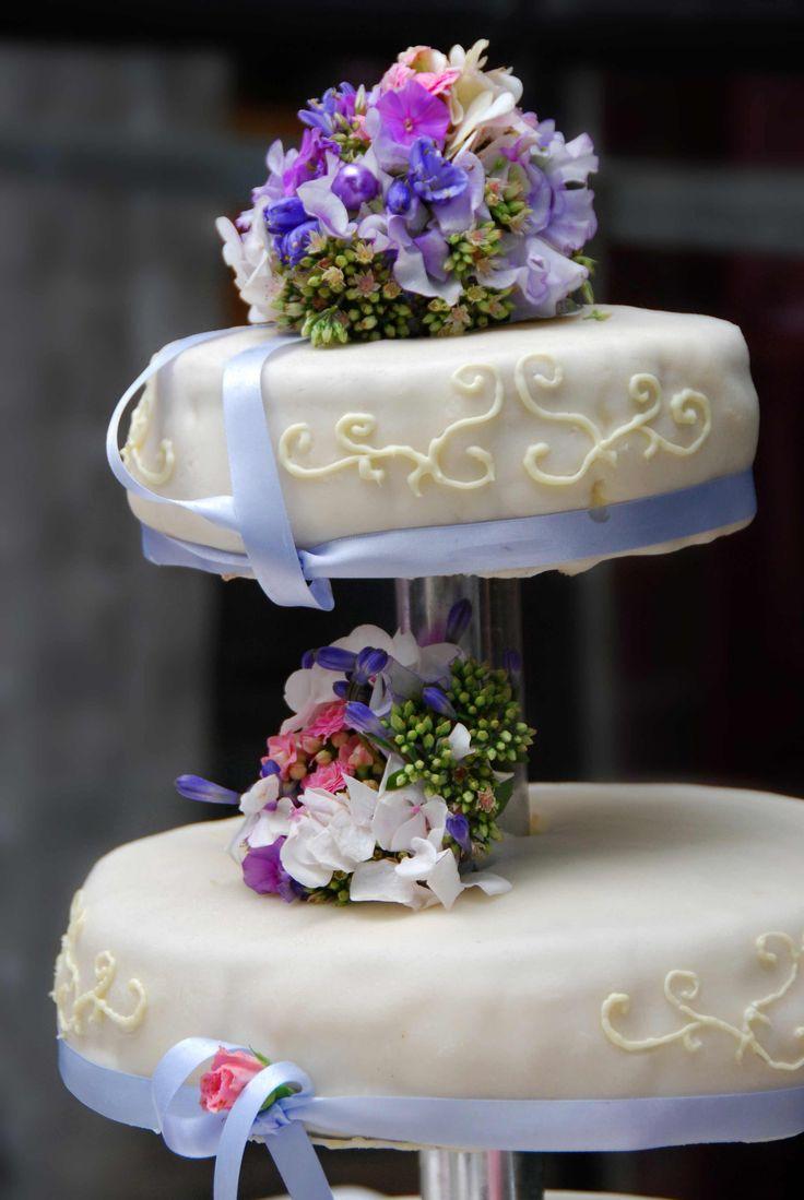 Eine Hochzeitstorte mit Etagere lässt sich leicht transportieren und ihr könnt die Torte mit verschiedenen Geschmacksrichtungen anbieten. Weitere Tipps...