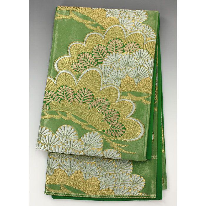 「服部」袋帯(未仕立) 緑 金銀の大きな松柄が豪華 【中古】【仕立て上がりリサイクル帯・リサイクル着物・リサイクルきもの・アンティーク着物・中古着物】【 六通柄 】 <柄> 緑色の光沢感がある地に、金銀の大きな松柄が入った豪華な袋帯です。  <シチュエーション> お着物と合わせて、豪華にお召し頂けます。  <風合> 通常より長さが短めの袋帯です。 ざらつき感のある手触りに、厚みのある生地風合いです。  <状態>  ※未仕立てですので、画像のように垂先や手先が開くようになっています。 使用感があり、シワや折り目がありますが特に目立つ汚れは無く状態良好ですので、お気軽にお召し頂けます。