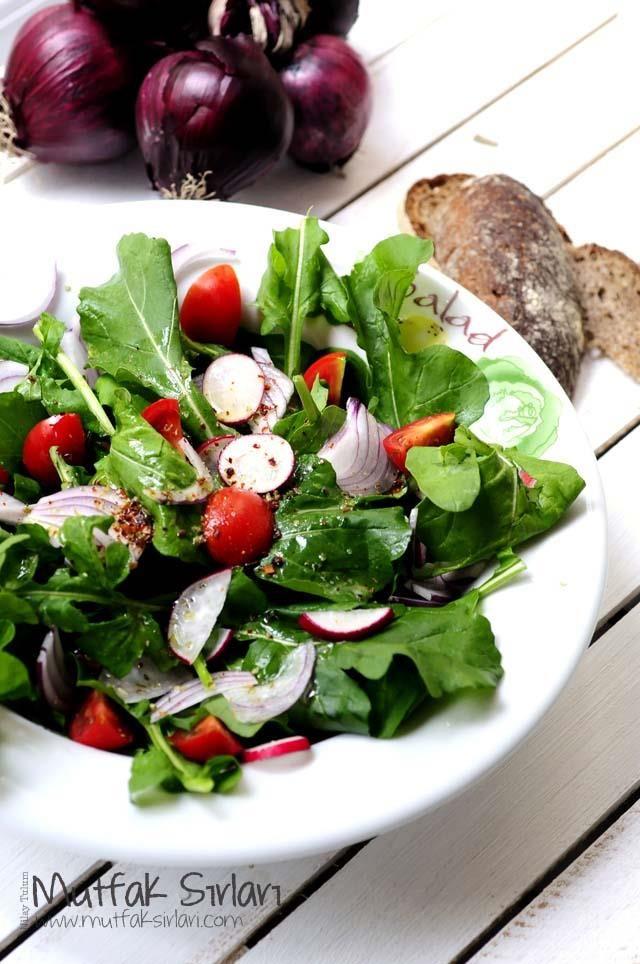 roka_salatasi:     1 bağ roka (küçükse 2 bağ)     10 adet çeri domates     1 bağ mini turp     1 adet orta boy kırmızı soğan  Sosu İçin      Yarım çay bardağı sızma zeytinyağı     2 diş ezilmiş sarımsak     4 yemek kaşığı sirke     tuz