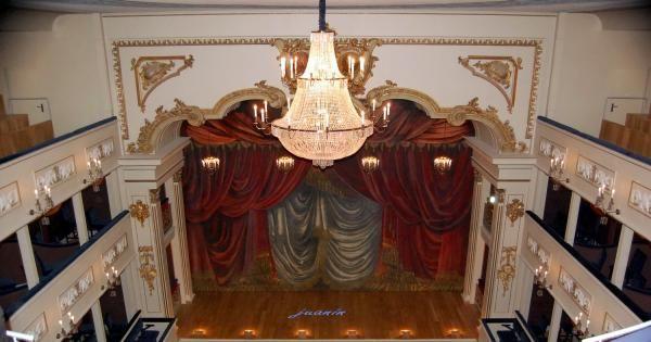 El  palco real en forma de media luna, con ricas decoraciones doradas se situaba en el centro de la perspectiva visual del tablado o escenario. Se enfrentaban de este modo dos lugares para el espectáculo: el tablado de la representación  y el regio tan protocolario. Además  estaba flanqueado por otros dos pequeños palcos a modo de balcón dandole su forma de rectángulo Debajo del balcón del rey, se situaban las mujeres de la corte, la cazuela como en los corrales.