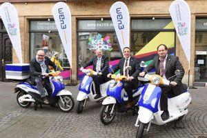 Zum 300-jährigen Bestehen der Stadt Karlsruhe stellt der Energieversorger EnBW dem KA300-Team des Stadtmarketing emco e-scooter zur Verfügung.