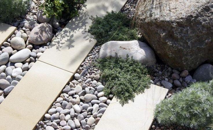 Gartengestaltung mit Kies, Flusssteinen und Pflastersteinen