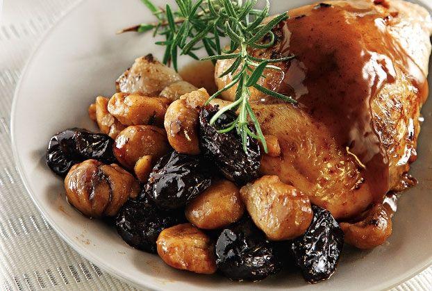 Για τη μαρινάτα: Ζεσταίνουμε το λάδι σε κατσαρόλα. Σοτάρουμε για 2΄ το κρεμμύδι, το σκόρδο και το καρότο. Σβήνουμε με το ξίδι και το κρασί. Προσθέτουμε όλα τα υπόλοιπα υλικά και βράζουμε για 10΄. Αφήνουμε να κρυώσει.Βάζουμε το κοτόπουλο στη μαρινάτα, προσθέτουμε τα δαμάσκηνα και σκεπάζουμε με μεμβράνη. Τα αφήνουμε στοψυγείο για 1 νύχτα. Στραγγίζουμε …