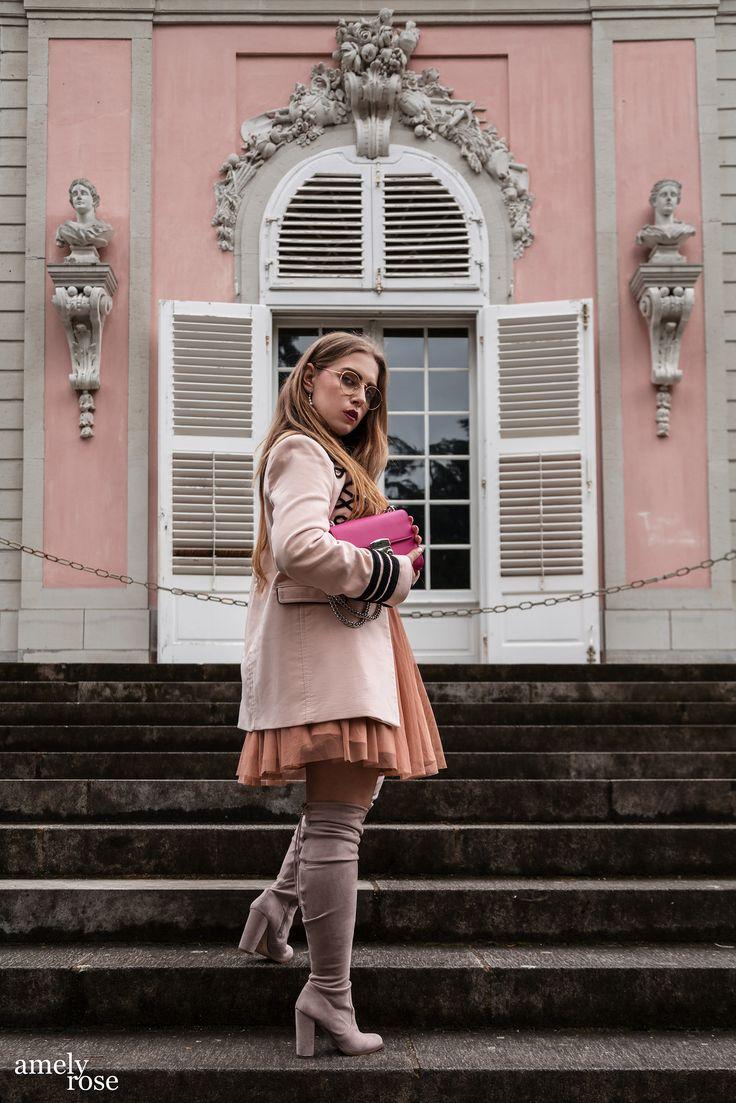 25 Fakten über eine deutsche Modebloggerin, denn als Fashionista habe ich nicht nur Fashion Gehemnisse. Neben diesem OOTD in einem Zara Spitzenkleid, sowie Military Coat in zartem rosé Ton, passend dazu graue Overkneestiefel und Nerdglasses, gibt es die ideale pinke Clutch. All pink everything oder fiftyshadesof pink, denn auch das Schloß im Hintergrund ist rose. Denn diese einzigartige Fotolocation in Düsseldorf, Benrath passt perfekt zu diesem Fashioneditorial.
