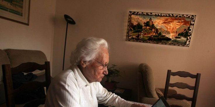 Deux tablettes numériques et de nombreux capteurs ont fait leur apparition dans le logement de Jeanne Pradel. Elle participe à l'expérimentation DomAssist de l'Inria. «Si mon mari était...