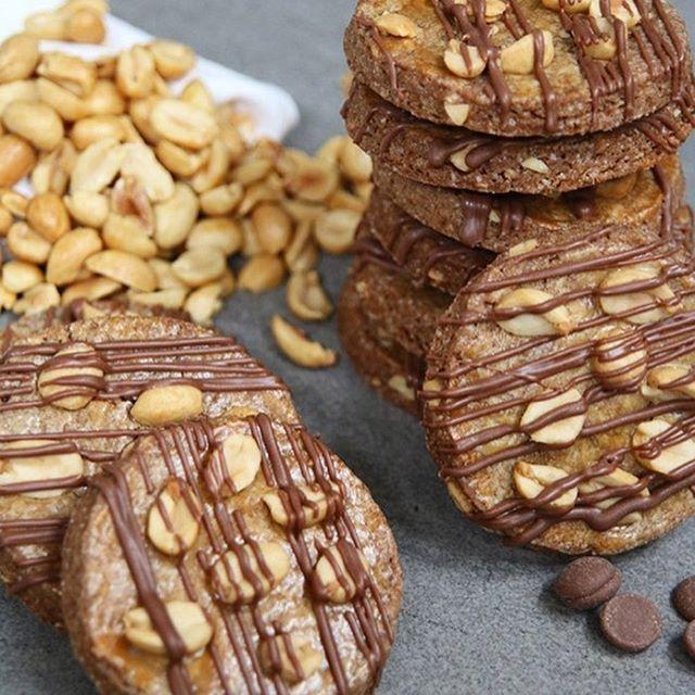 Pindakoeken met melkchocolade!🍪🥜🍫 Makkelijk om te maken en het recept staat nu online 👉🏻 EEFSFOOD.NL👆🏻✨ #eefsfood #pindakoeken #chocolade #koekjes #peanuts #pinda #heelhollandbakt #cookies