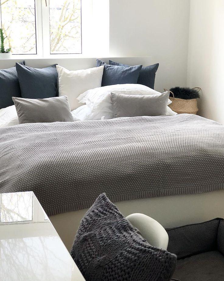 ♥️Grey Love♥️ Das klassisch-elegante Strickplaid Knit in Grau sorgt für wohlige Wärme und pure Eleganz im Schlafzimmer. Aus feinstem Garn gewebt und in sanftem Grau ist dieses Plaid unser absoluter Favorit! // Schlafzimmer Bettwäsche Kissen Plaid Decke Ideen Grau Grey #SchlafzimmerIdeen  @lenamarieso