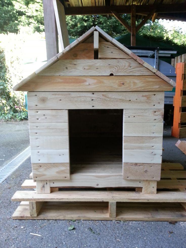 Une nouvelle construction en cours : une niche à chien.  C'est une commande d'un collègue pour son setter irlandais.  Donc une niche de tail...