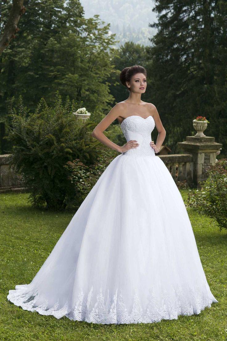 Očarujúce svadobné šaty so širokou sukňou zdobenou čipkou bez ramienok