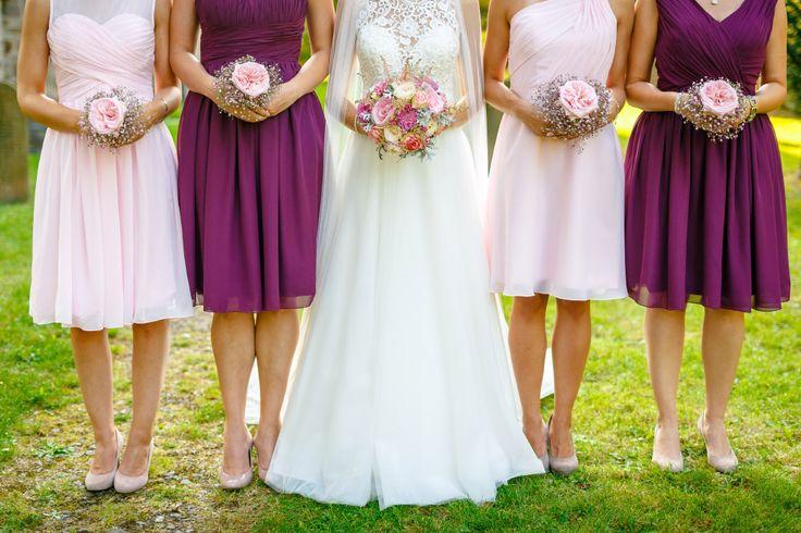 Die Braut mit ihren Brautjungfern. Dabei hat jede Brautjungfer einen eigenen kleinen Blumenstrauß.  Foto: ROCKSTEIN fotografie