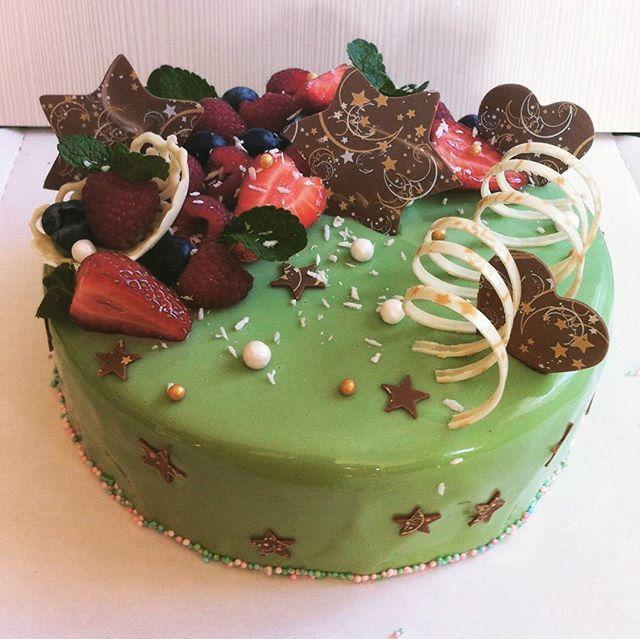 Фисташки, лесные ягоды и белый шоколад. И хрустелки. #подарок #тортназаказ #тортбезмастики #заказторта #муссовыйторт #евроторт