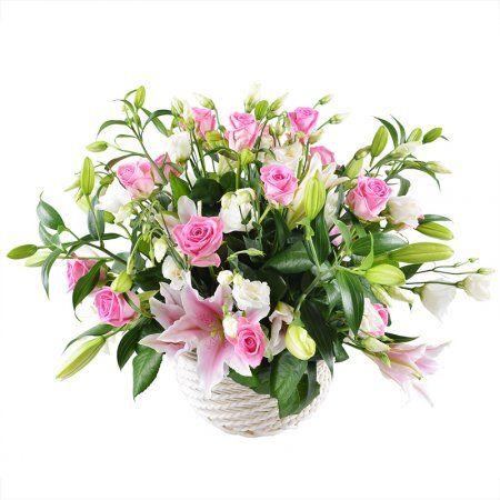 укет из белых лилий и эустом, щедро разбавленный розовыми розами и зеленью, доставляется в аккуратной плетёной корзинке.