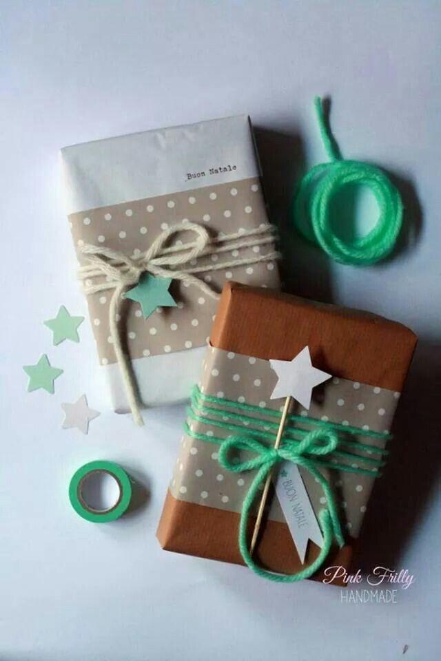 Carta da pacchi, fili di lana e motivi a pois.