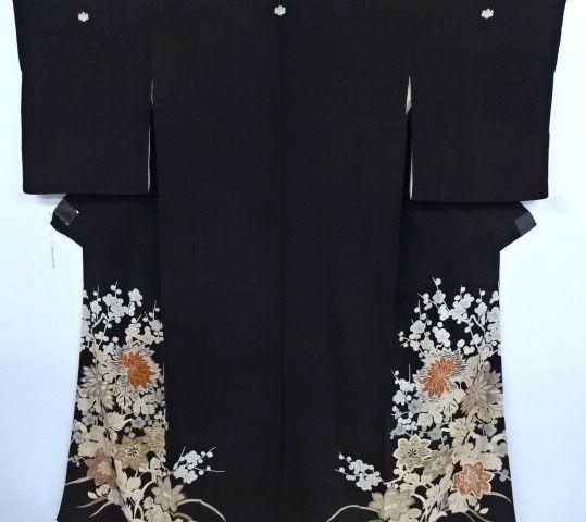 Japanse kurotomesode kimono gouden metallic borduurwerk met pruim bloesems en chrysant decoratie - Japan - begin van de 20e eeuw  -Tomesode kimono in zwart gouden metallic borduurwerk verkooptechniek met pruim bloesems en florale decoratie.-3 familie-toppen (Bergen) op de rug.-2 familie-toppen (Bergen) op de voorkant.Een kimono van kurotomesode is een donkere tomesode kimono gedragen tijdens bruiloften.Tomesode kimono's zijn duurder formele kimono's die van de anderen verschillen omdat ze…