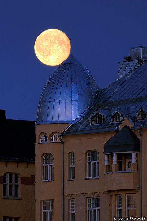 The moon is full... The photo from Kruununhaka. Helsinki, Finland