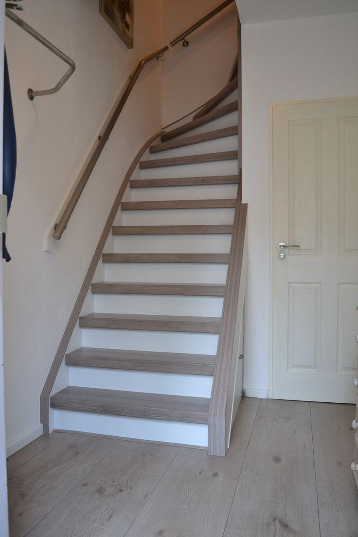 Trap gerenoveerd met hpl grijs eik en witte stootborden wangen traprenovatie hpl grijs eik - Witte trap grijs ...